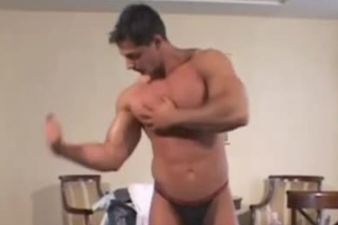 Bodybuilder Puts On A intimate Show